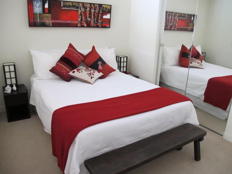 Bedroom -double bed - Melbourne city....on St Kilda Road....most excitin - Melbourne - rentals