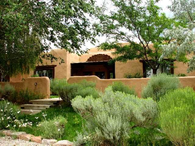 Lush green professional landscaping - Casa Miguel - Taos - rentals