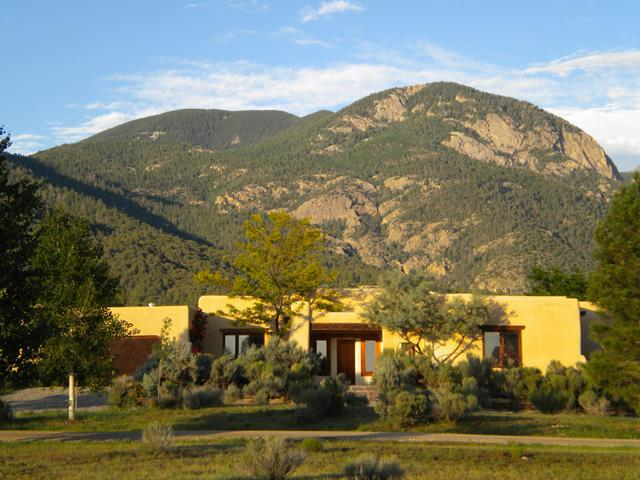 Exterior front view with Taos Mountain background - Casa Monta??ña* - Taos - rentals