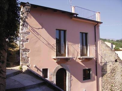 Casa Rosa - Casa Rosa detached village house Abruzzo, Sulmona, roof terrace, garden, WiFi - Sulmona - rentals
