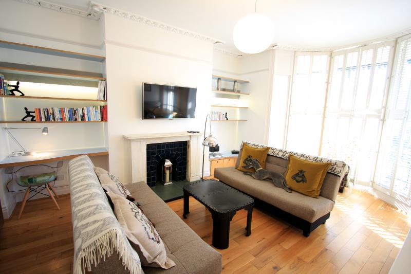 Lounge with desk area - Delaney Apartment, central Brighton - Brighton - rentals