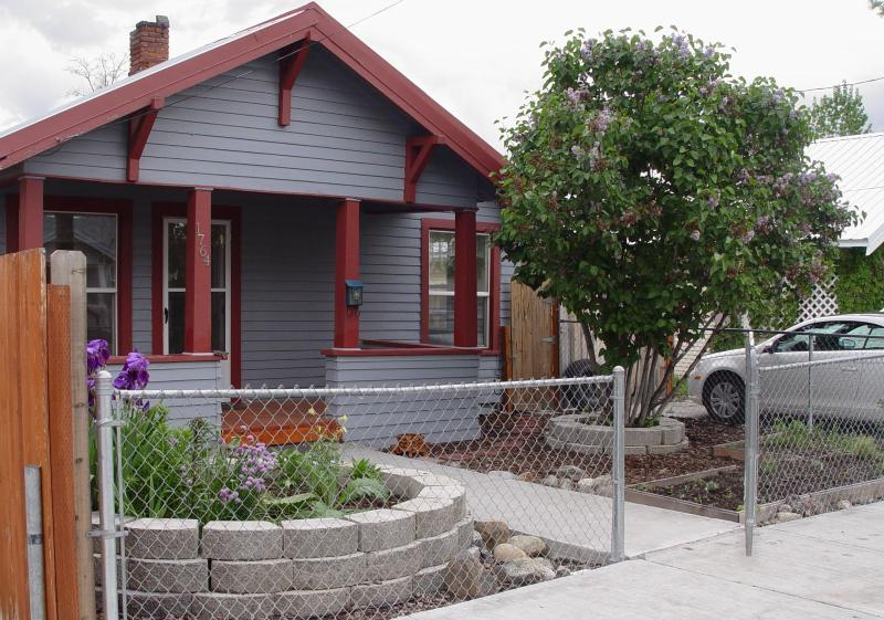 Make yourself at home in this cozy 1910 Craftsman Style Bungalow in Historic Baker City, Oregon - Romantic Baker City Bungalow by the Powder River - Baker City - rentals