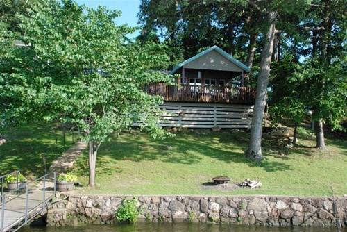 Lakeside of Property with Grass Yard and Easy Access to Water - Sunset Cottage - One Story Home, Sloping Lot and Spacious Lake Views. 34MM Osage Arm (Harts Hollow) - Sunrise Beach - rentals