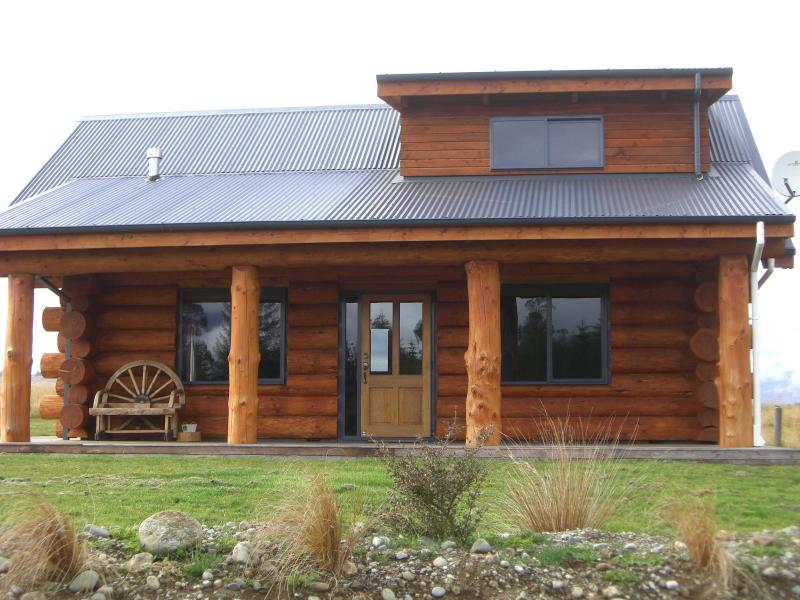 Cabin frontage - The Hollows Luxury Log Cabin - Te Anau - rentals