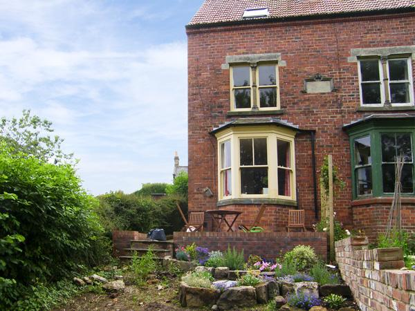 BURNSIDE, family friendly, character holiday cottage, with a garden in Robin Hood'S Bay, Ref 4170 - Image 1 - Robin Hood's Bay - rentals
