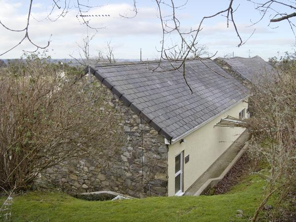 DAMAVAND BACH, romantic, country holiday cottage, with a garden in Caernarfon, Ref 1448 - Image 1 - Caernarfon - rentals