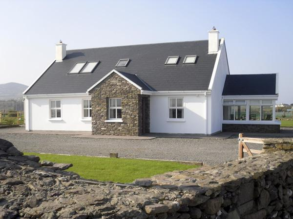 BEENBANE LOWER, with a garden in Waterville, County Kerry, Ref 4041 - Image 1 - Waterville - rentals