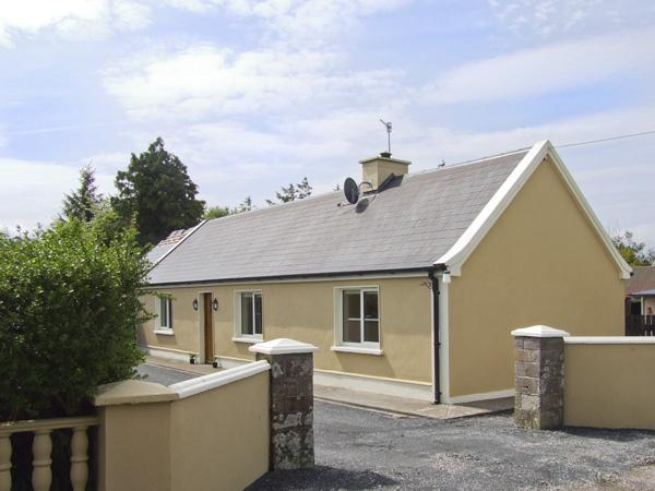 HAYFIELD COTTAGE, family friendly, country holiday cottage, with a garden in Killorglin, County Kerry, Ref 4044 - Image 1 - Killorglin - rentals