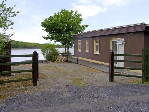 LAKESHORE LODGE, pet friendly, country holiday cottage, with open fire in Ballinrobe, County Mayo, Ref 4071 - Image 1 - Ballinrobe - rentals