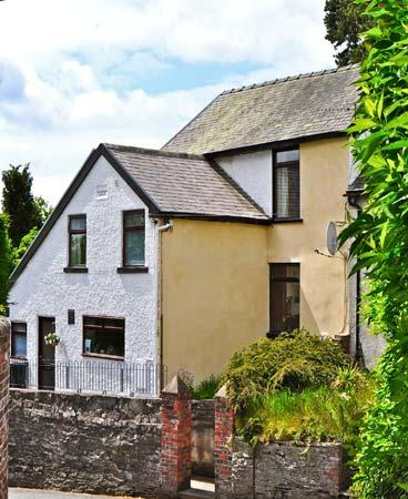PLASAUDUON, pet friendly, character holiday cottage, with a garden in Bishops Castle, Ref 4013 - Image 1 - Bishops Castle - rentals