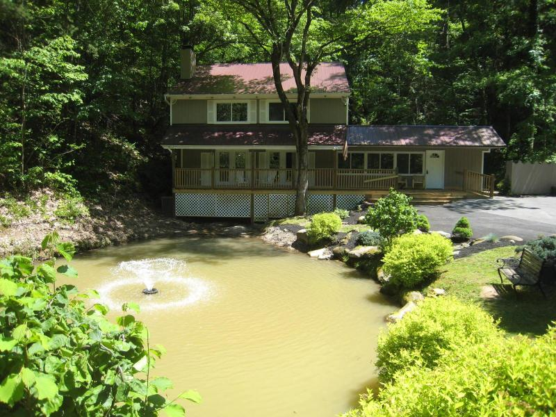 WOW! Peaceful setting, pond and fountain. Sip your morning coffee while you fish from our deck.  - CATCH & RELEASE; Fishing Pond, Internet, Secluded - Pigeon Forge - rentals