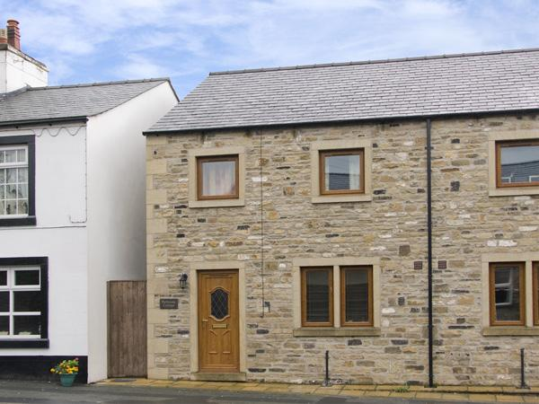BYTHEWAY COTTAGE, family friendly, country holiday cottage, with a garden in Ingleton, Ref 4134 - Image 1 - Ingleton - rentals