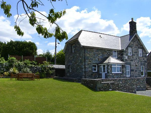 TY CERRIG, family friendly, with a garden in Dyffryn Ardudwy, Ref 4124 - Image 1 - Dyffryn Ardudwy - rentals