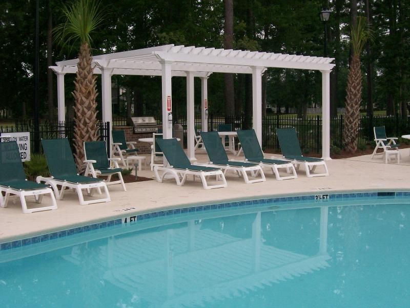 Swimming pool and barbecue area - Luxury Upscale Condo, in Myrtle Beach, with WiFi, Pool & Fitness Center - Myrtle Beach - rentals