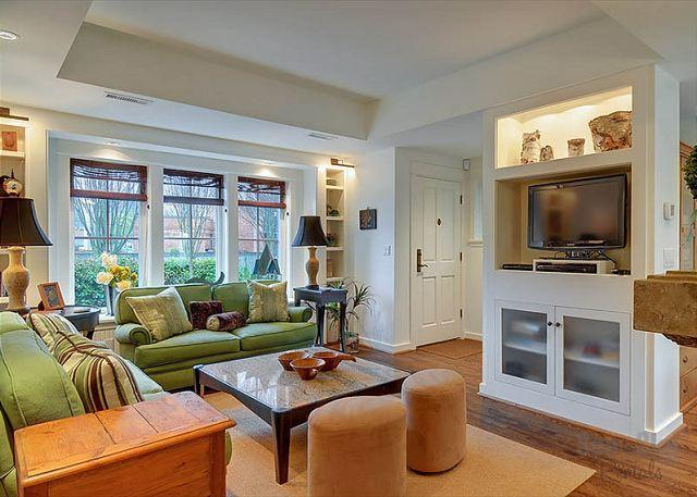 Gorgeous Home! - Magnolia Pine N Sea cottage is a fairy tale retreat on a tree lined street! - Seattle - rentals
