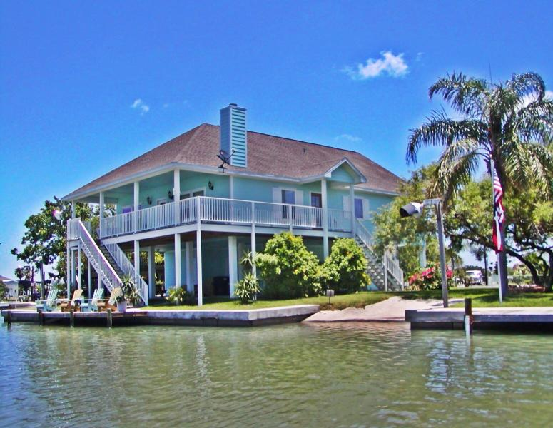 Water front home with lighted dock, boat launch, beautiful furnishings and lots of room for families - Best Waterfront Home, Fish, Beach, Community Pool - Rockport - rentals