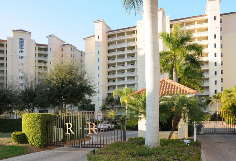 NaplesFloridaVacationHomes.com - Pascoli Vacation Condo Rental - Naples Park - rentals