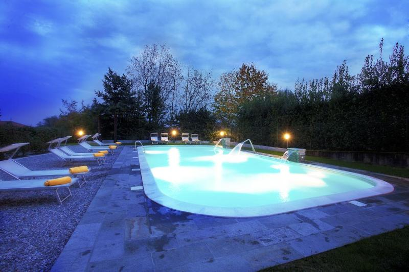 The pool as viewed at night - Griante residence (ground floor home apartment II) - Griante - rentals