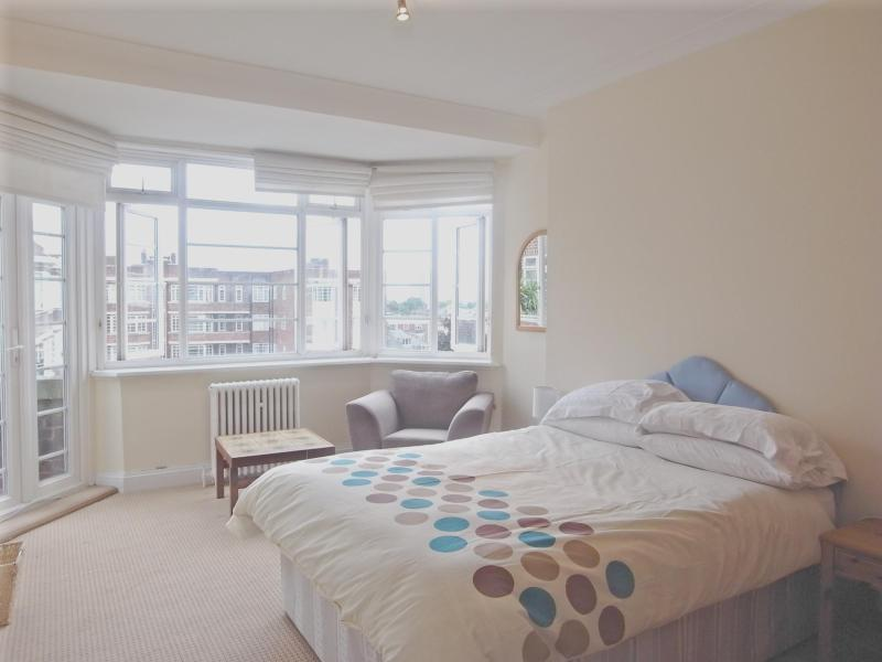 Spacious main bedroom with bay window view. - Central London Luxury Penthouse Apartment Sleeps 5 - London - rentals
