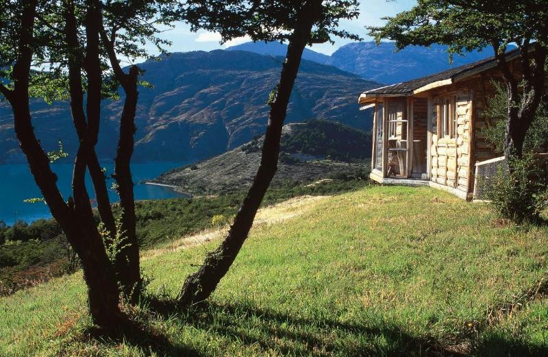 Up the hill, the cabin has an incredible view wide open to lake General Carrera - Family vacations ecolodge in Chilean Patagonia - Puerto Guadal - rentals