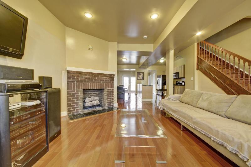 Living Room With 42 HDTV - Modern Luxury,Fireplace,Hdtv/Rm,Wii,Great Location - Washington DC - rentals