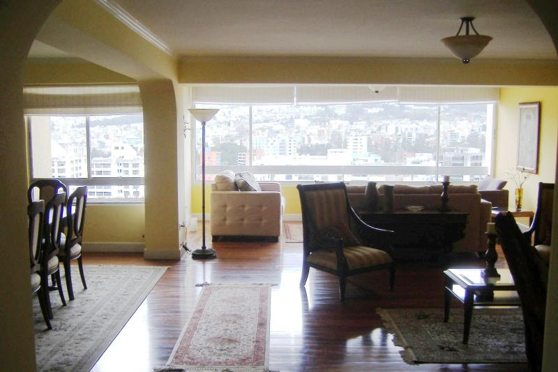 Sitting and living room - Beautiful Centrally Located Apartment in Quito - Quito - rentals