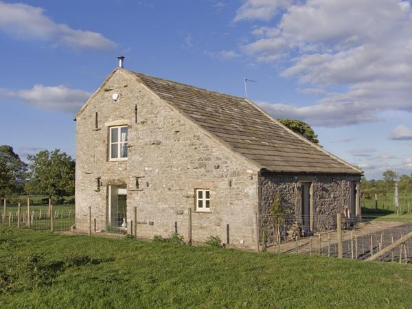 BLACK BARN, pet friendly, luxury holiday cottage, with open fire in Boldron , Ref 4236 - Image 1 - Barnard Castle - rentals