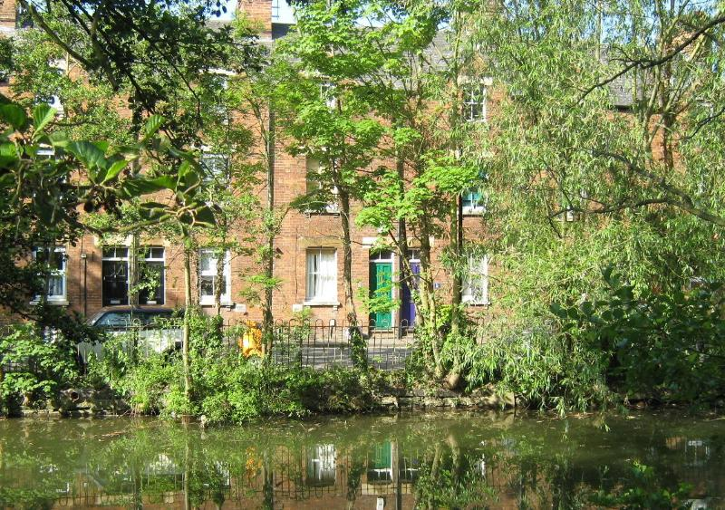 Front of the house, from over the canal, Green door - Oxford centre, Victorian terraced cottage Sleep9 - Oxford - rentals