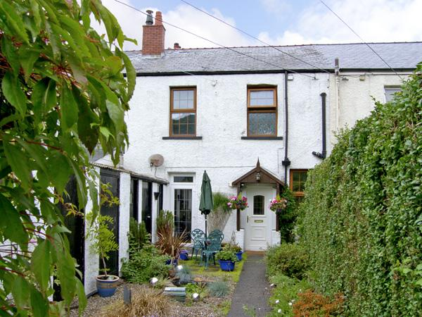 RAILWAY COTTAGE, family friendly, with a garden in Fairbourne, Ref 4268 - Image 1 - Fairbourne - rentals