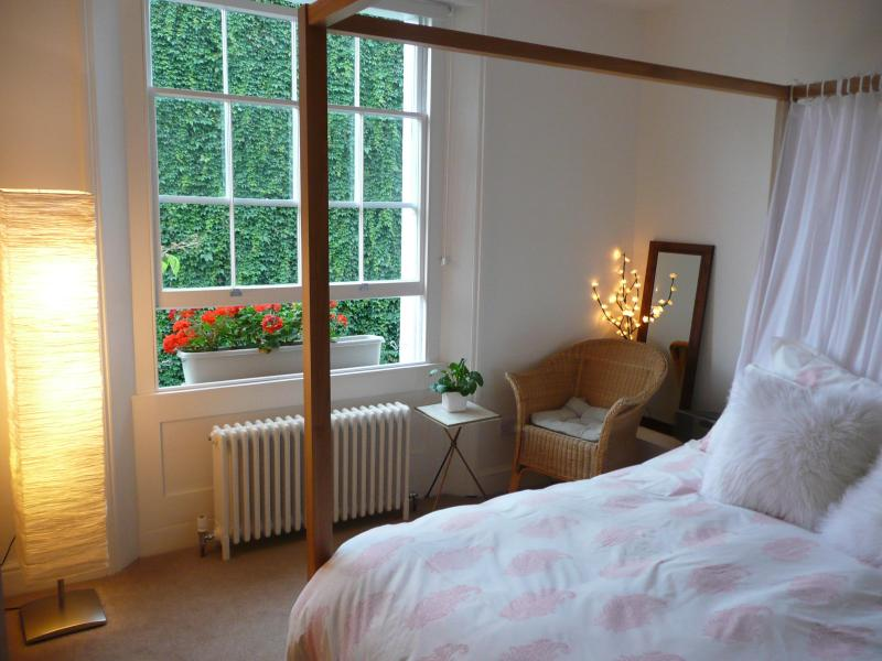 Bedroom overlooking secluded garden - Luxury Primrose Hill Boutique Apartment in London - London - rentals