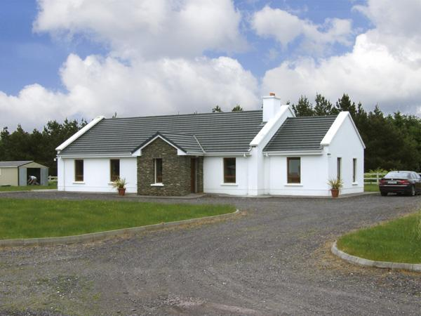 FOREST VIEW, pet friendly, country holiday cottage, with a garden in Dingle, County Kerry, Ref 4042 - Image 1 - Dingle - rentals