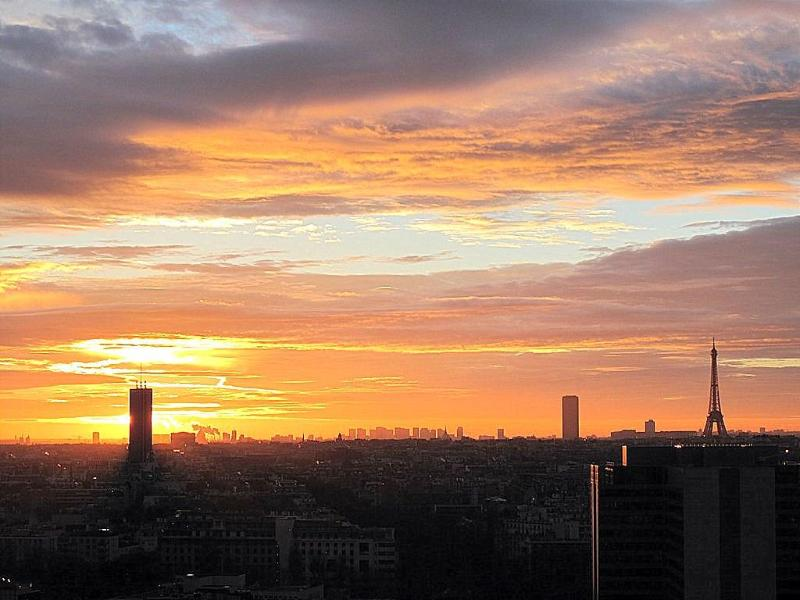 Sunrise beyond the Arc de Triomphe as seen from the apartment - Panoramic view onto Paris, Wifi, phone free, Pool - Courbevoie - rentals