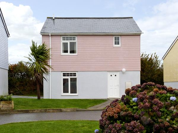 16 ATLANTIC REACH, family friendly, country holiday cottage, with pool in Atlantic Reach, Ref 4286 - Image 1 - Newquay - rentals