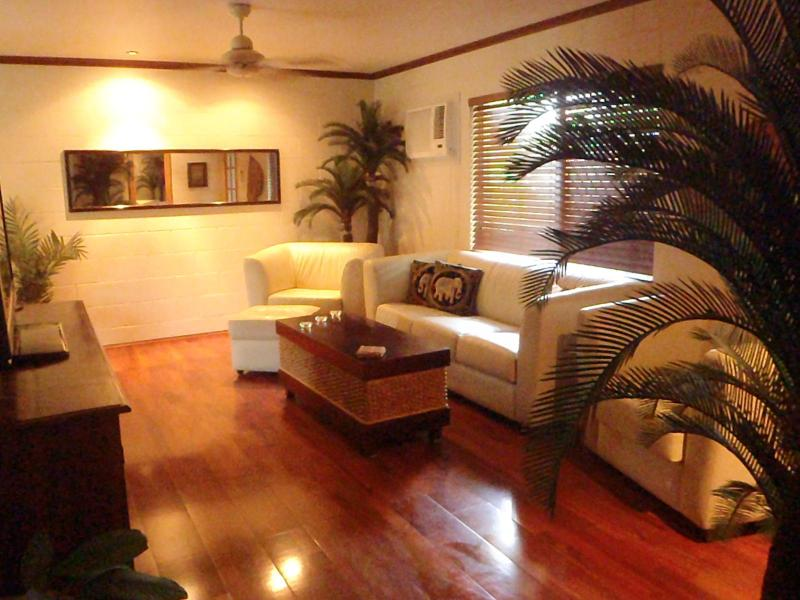 Lounge room - Cairns house, pool, spa bath, Trinity Beach - Cairns - rentals