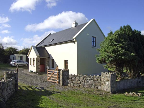 JOHNNIE'S COTTAGE, pet friendly, character holiday cottage, with a garden in Scarriff, County Clare, Ref 4326 - Image 1 - Scarriff - rentals