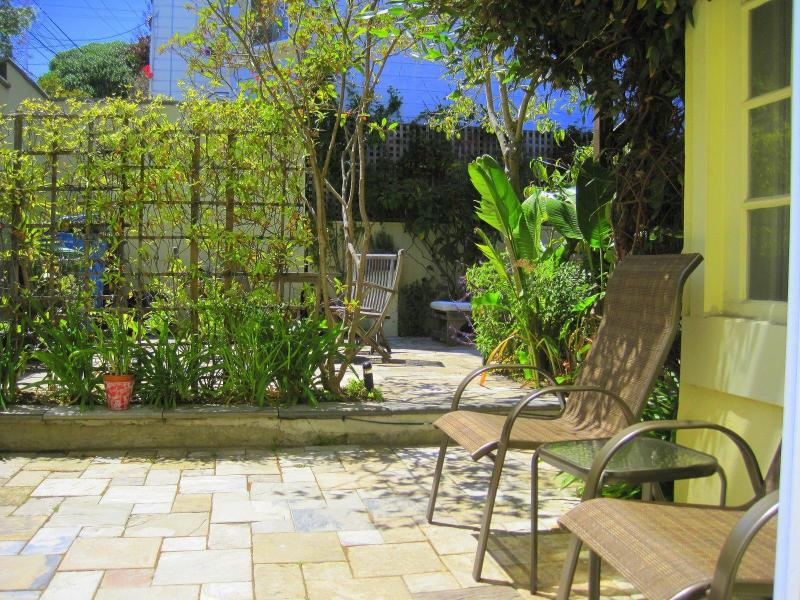 Backyard directly off of the living room... - Luxury Garden Apt, Sleep 4 Location/Comfort/Style! - San Francisco - rentals