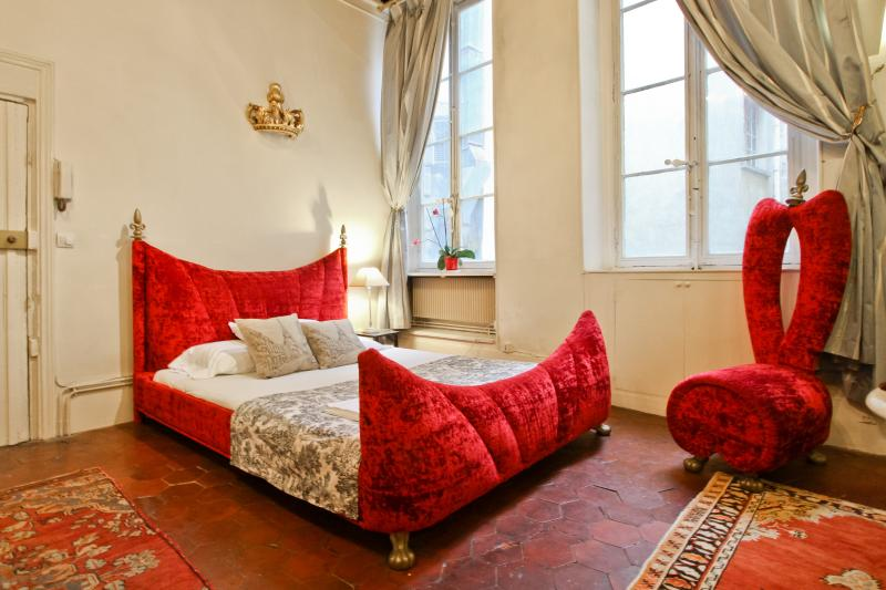 King-size Master bed... Aaahhh! - La Traviata Loft Studio steps from Notre-Dame ! - Paris - rentals