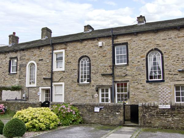 TOWN COTTAGE, romantic, country holiday cottage, with a garden in Skipton, Ref 4363 - Image 1 - Skipton - rentals