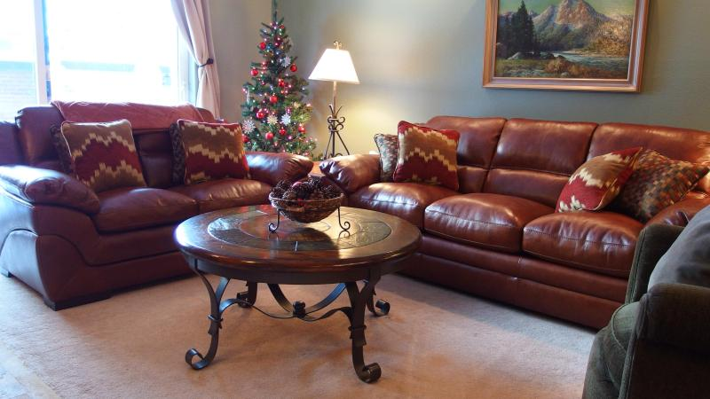 Large Living Room with Fireplace, HD Large Screen TV, New Leather Couches next to dining and Kitchen - MIDWEEK SALE- 5 NIGHT SPCL- JAN 30-FEB 4 $399 P/N - Park City - rentals
