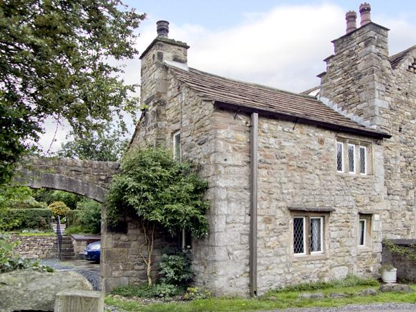 BEEHIVE COTTAGE, pet-friendly, character holiday cottage, with open fire, in High Bentham, Ref 4083 - Image 1 - Fourstones Near Bentham - rentals
