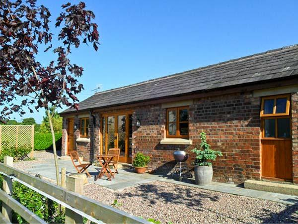 MALTKILN COTTAGE AT CROOK HALL FARM, romantic, luxury holiday cottage, with a garden in Bispham Green, Ref 3995 - Image 1 - Bispham Green - rentals