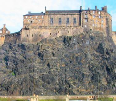 View of Edinburgh Castle from the kitchen - Grassmarket Studio, free wifi, castle view - Edinburgh - rentals