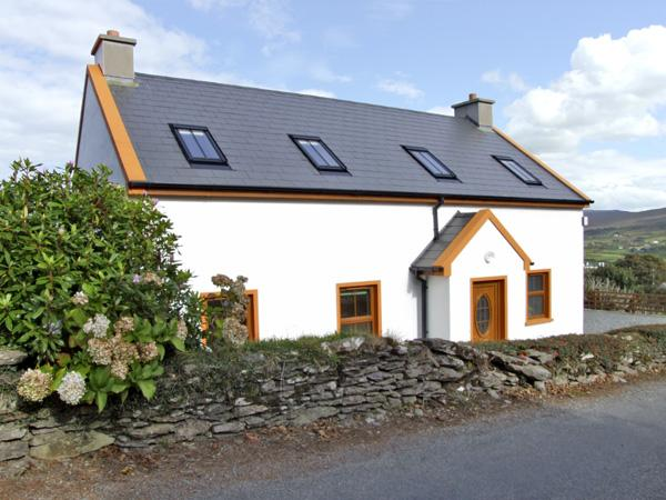 MARY AGNES COTTAGE, pet friendly, with a garden in Allihies, County Cork, Ref 4358 - Image 1 - Allihies - rentals
