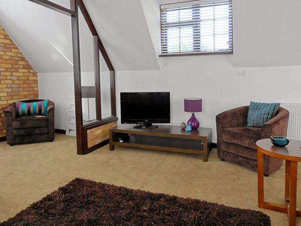 THE COTTAGE, family friendly, country holiday cottage, with pool in Grafham, Ref 4346 - Image 1 - Cambridgeshire - rentals