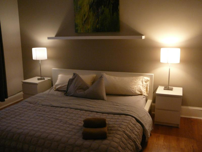 Bedroom with a king size bed - Beautiful onebedroom, close to Metro, Sightseeing - Washington DC - rentals