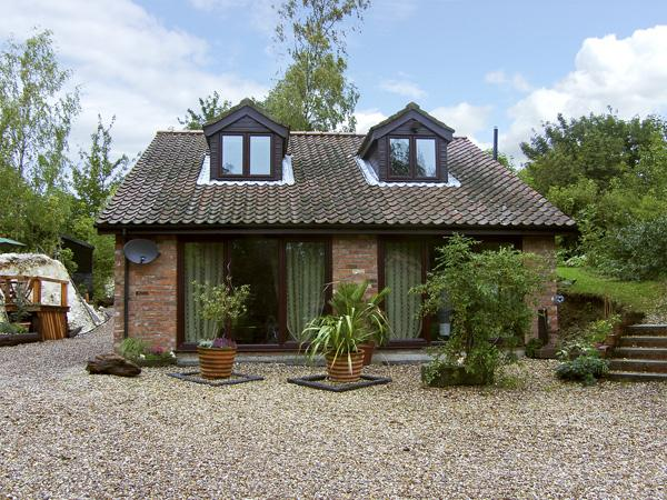 QUARRYSIDE, country holiday cottage, with a garden in Muckton Bottom, Ref 4308 - Image 1 - Louth - rentals