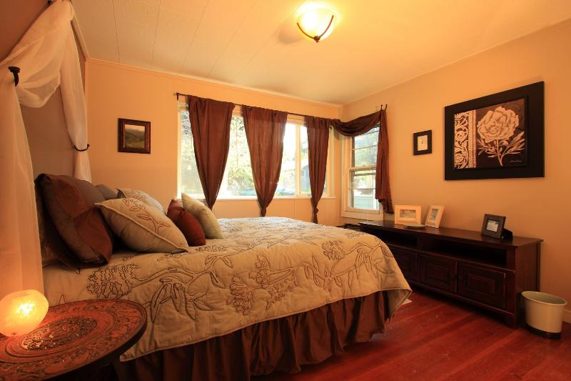 Cozy Queen Posturepedic Bed - Walk to Downtown and Old Mill District - Bend - rentals