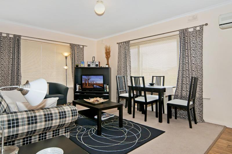 Comfortable lounge dining area - Adelaide Near Western Beaches - 2 Bed at Fulham - Adelaide - rentals
