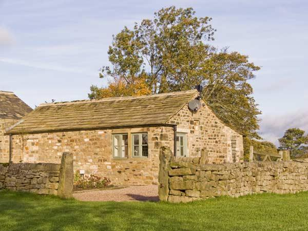 REYNARD ING COTTAGE, romantic, luxury holiday cottage, with open fire in Addingham, Ref 4398 - Image 1 - Addingham - rentals