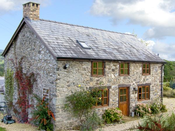 VIEW POINT COTTAGE, pet friendly, character holiday cottage, with a garden in - Image 1 - Llanrhaeadr ym Mochnant - rentals